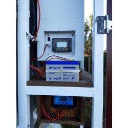 Detalle de nuestro comedero automático al que se acopla una bateria externa para su funcionamiento con Kit solar.