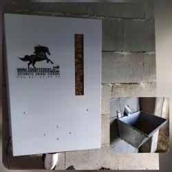 Comedero para caballos con instalación exterior al box y salida dentro del box del caballo.